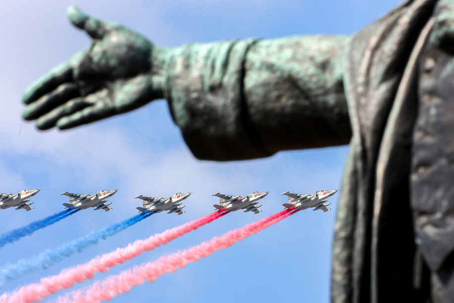 Sukhoi Su-25 jets leave trails of the Russian national colors during a rehearsal for the Navy Day Parade on Neva River in St.Petersburg.