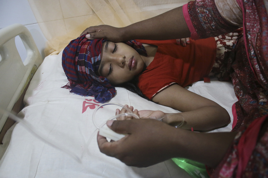A child receives treatment for dengue at a hospital in Dhaka. At least 2,326 dengue patients got admitted in hospitals across the country in 24 hours since 7 August, taking the total to 34,666 this year, according to the Directorate General of Health Services (DGHS).