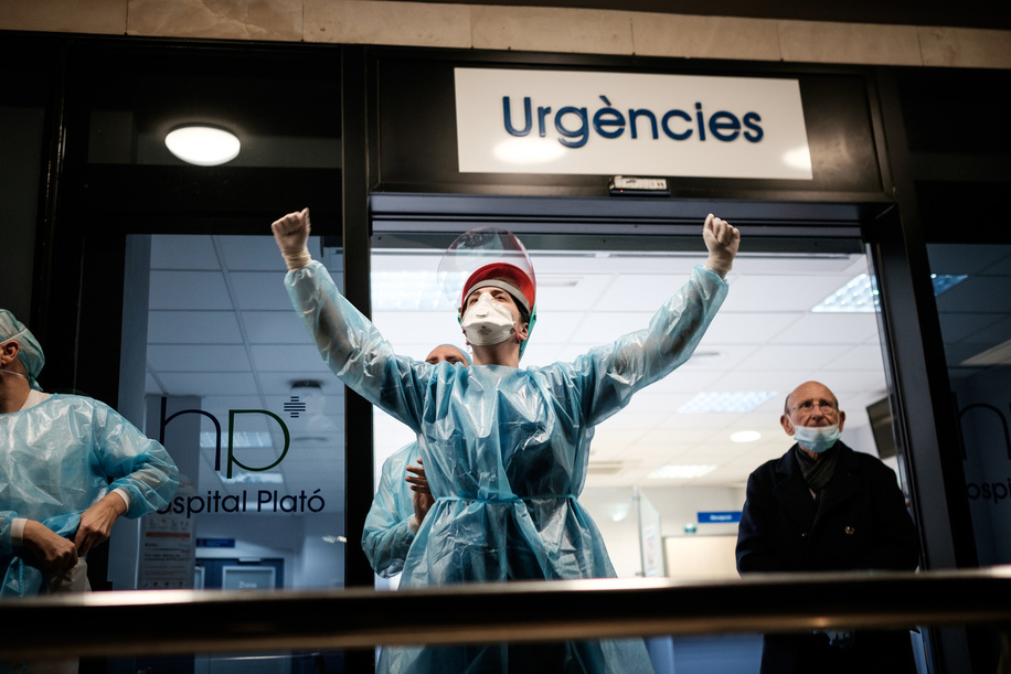 A doctor from the Plató Hospital raise his arms after receiving the encouragement and display affection from the neighbours from their balconies. Since the state of alarm was decreed throughout Spain due to the increase in coronavirus infections, more than 47,000 people have been diagnosed and 3,400 have died because of Covid19. The authorities have ordered all citizens to stay at home and only go out to buy food or medicine, respecting the rules of social distancing.