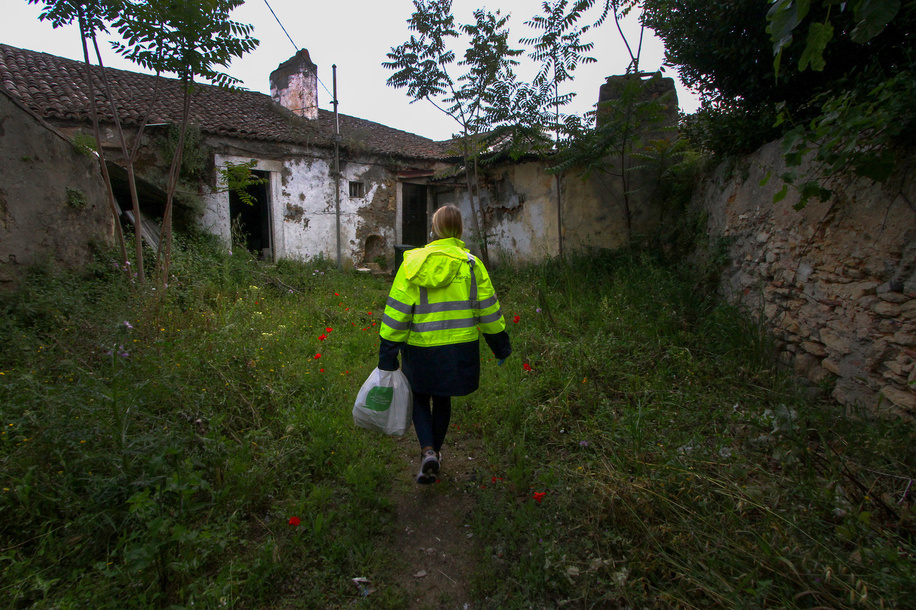 A volunteer wearing a protective mask and gloves delivers bags of food and hygienic products to different places in the city. The Communal Council of Penha de França has carried out a project called