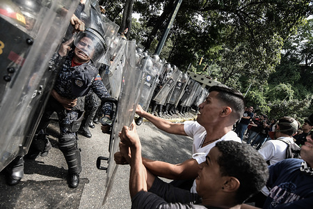 Students clashing with riot police during the demonstration. Tension rose in Venezuela after university students protested in the streets in support of the call made by the Venezuelan opposition to remain in the streets without return, indefinitely.