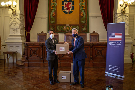 Mayor of Santiago de Chile Felipe Alessandri, receives the donation of 450 boxes of food from Chargé d'Affaires in Santiago de Chile Baxter Hunt, to support families affected by the economic crisis caused by the Covid-19. Municipality of Santiago, Chile receives help from the United States Embassy.