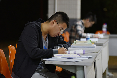College students are studying for the master's entrance examination in Hainan. As the entrance examination of China's master's degree candidates in 2021 gets closer, the master's candidates of Hainan University get to quietly read and study their notes in preparation for the examinations.