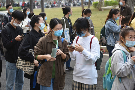 Candidates wearing face masks queue up outside the examination room of Hainan University for the 2021 postgraduate entrance examination. From the 26th, the 2021 China postgraduate entrance examination will be held, with 3.77 million applicants, a record high.