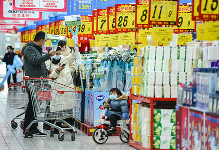 Shoppers seen wearing facemasks while shopping at rt-mart supermarket.China's consumer price index, the main gauge of inflation, rose by 0.2 percent year-on-year in December, compared with a 0.5 percent decline in November, the National Bureau of Statistics said on Monday.The CPI rose by 2.5 percent in 2020 from the previous year, the NBS said, within the government target of about 3.5 percent.