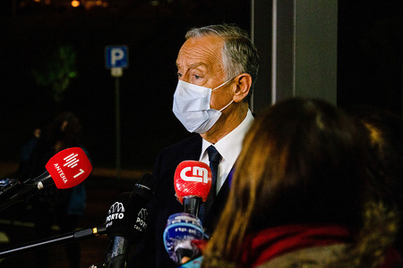 Presidential candidate and current President of the Republic of Portugal Mercelo Rebelo de sousa wearing a face mask speaks to the media at the Hospital Santos Silva in Vila Nova de Gaia during a visit campaign.