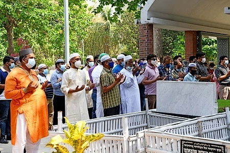 Relatives perform funeral prayers of Sarah Kabori (a covid-19 victim) at Banani Graveyard in Dhaka.Bangladesh cinema legend Sarah Begum Kabori has died of Covid-19 in the early hours of Saturday, has been laid to rest with full state honor at Dhaka's Banani graveyard. The two-time National Film Award winner Kabori is one of the iconic Bangladesh cinema women, whose talent, charisma and beauty set screens alight over three decades.