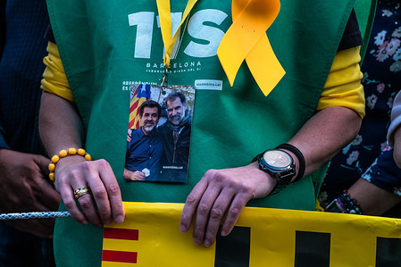 A member of the order service is seen with the portrait of Jordi Sànchez and Jordi Cuixart, both in prison hanging from the neck. Hundreds of people have concentrated protesting the maintenance of Article 155 that prevents the normal functioning of the Catalan government and institutions after the appointment of President Quim Torra.