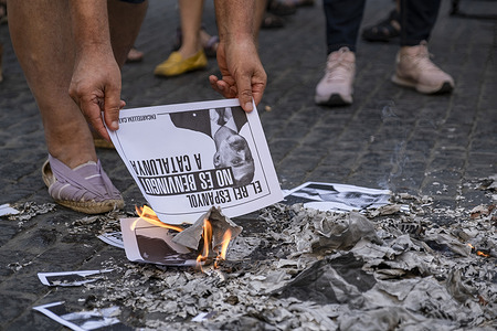 Pro-independence protesters in Plaza Sant Jaume are seen burning portrait posters of the King of Spain Felipe VI after the announcement of his next visit to Barcelona. Demonstrators in favor of the independence of Catalonia have protested against the Spanish monarchy by burning the portrait posters of King Felipe VI in Plaza Sant Jaume after the announcement of King Felipe VI''s visit to Barcelona tomorrow at a businessmen meeting.