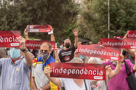 Protesters with placards that say, Independence, during the demonstration.The Catalan association that aims at achieving the political independence of Catalonia, the Catalan National Assembly (ANC), has called a demonstration on Barceloneta close to Hotel W Barcelona where the Spanish king, Felipe VI attends the inaugural dinner of the Annual Meeting of the Barcelona business organization, Circulo de Economia (Economy Circle), to protest the presence of the monarch in the Catalan capital. The protesters have burned a large photo of Felipe VI.