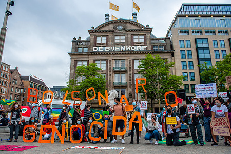 A group of Brazilian protesters hold letters that build the sentence Bolsonaro Genocida during the demonstration.At least 180 cities in Brazil have already confirmed the holding of demonstrations against the Bolsonaro government, a day marked by the hashtag #19J. In Amsterdam, the Brazilian community in The Netherlands joined this worldwide campaign by gathering at the Dam Square to repudiate the Brazilian government, demand immediate vaccination and the return of emergency aid of R$600 for the duration of the pandemic in Brazil.